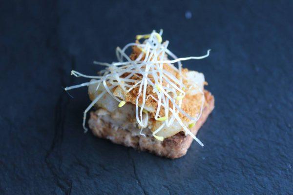 toastje met gebakken peer, faux gras, kruimels speculoos en lusernescheuten