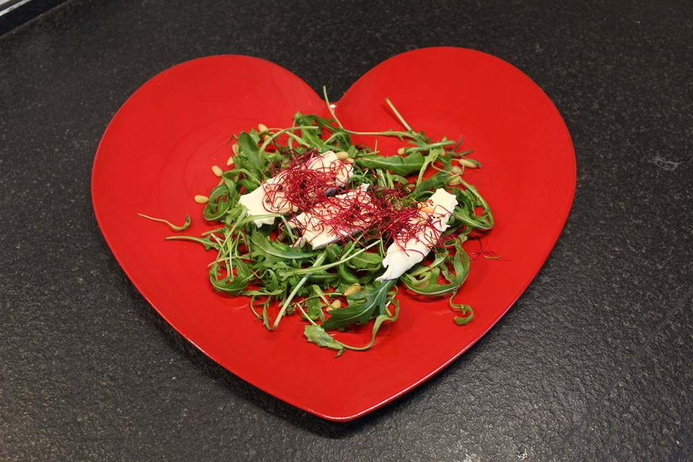 salade van rucola en brie afgewerkt met rode bietscheuten