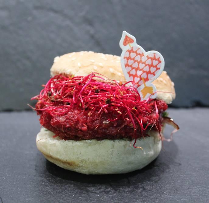hamburger met rode biet